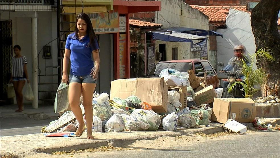 Enquanto empresa e prefeitura não chegam a acordo, população sofre com lixo nas ruas (Foto: TV Verdes Mares/Reprodução)
