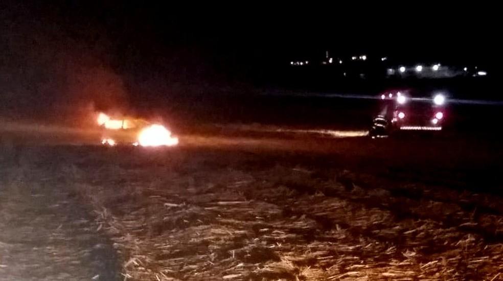 Carro foi encontrado em chamas em canavial — Foto: Arquivo pessoal