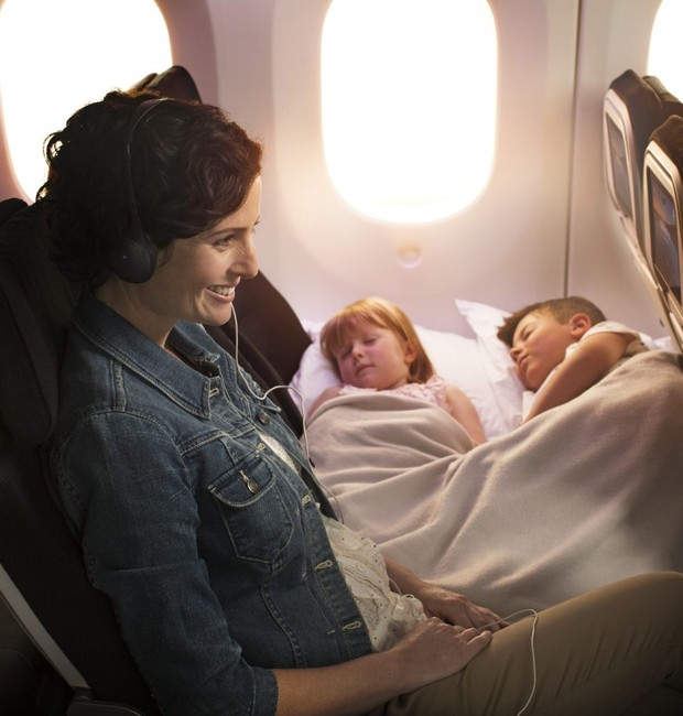 O skycouch também pode ser usado por casais ou passageiros viajando sozinhos (Foto: Reprodução)