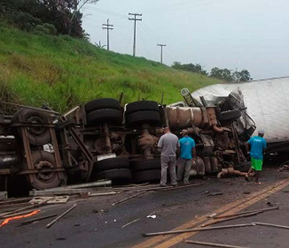 Caminhão tombou após engavetamento com outros dois veículos  (Foto: Reprodução/Redes Sociais)