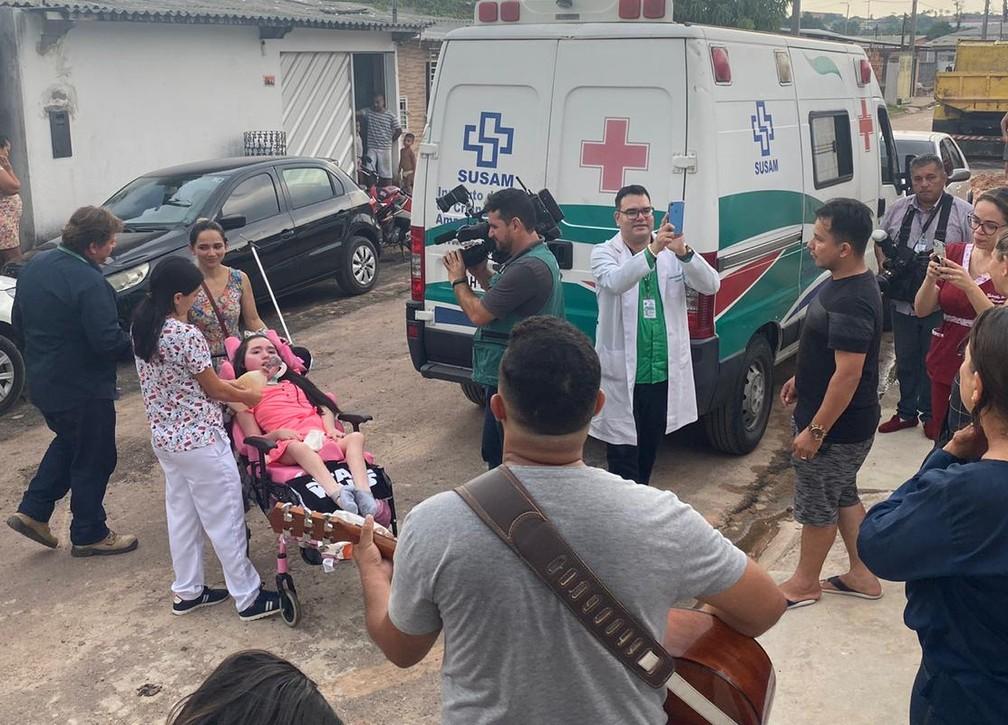 Letícia Kerollen de Souza Oliveira chega em casa após 12 anos em hospital — Foto: Carolina Diniz/G1