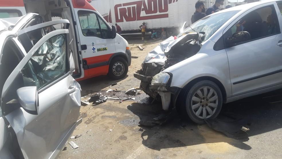 Três homens e uma mulher ficam feridos após batida entre dois carros na BR-101 — Foto: Divulgação / PRF
