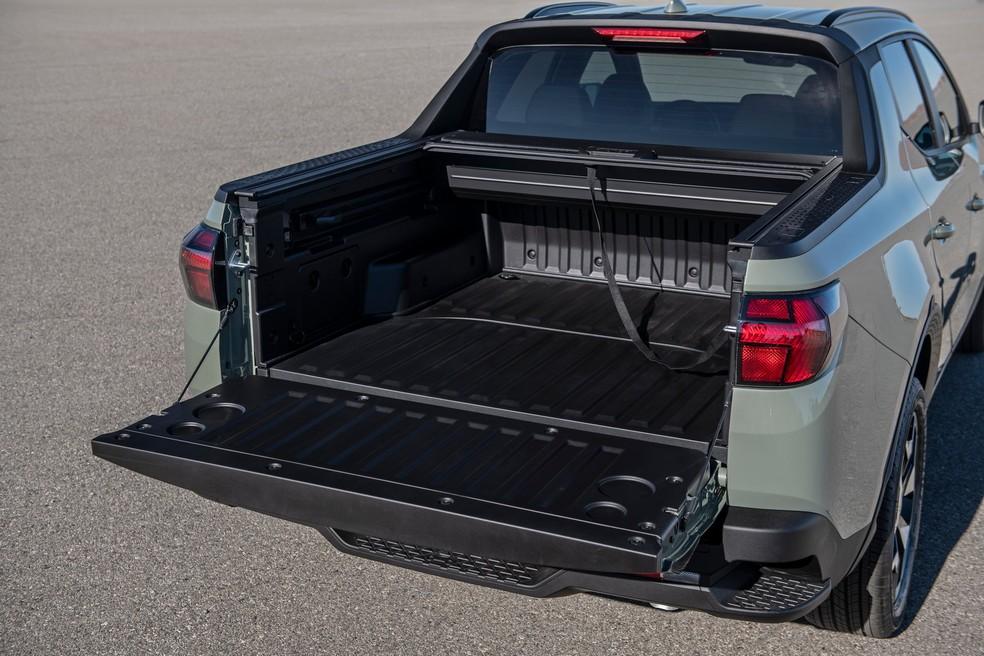 A curta caçamba da Hyundai Santa Cruz esconde um pequeno porta-malas sob o assoalho que fica protegido da chuva — Foto: Divulgação