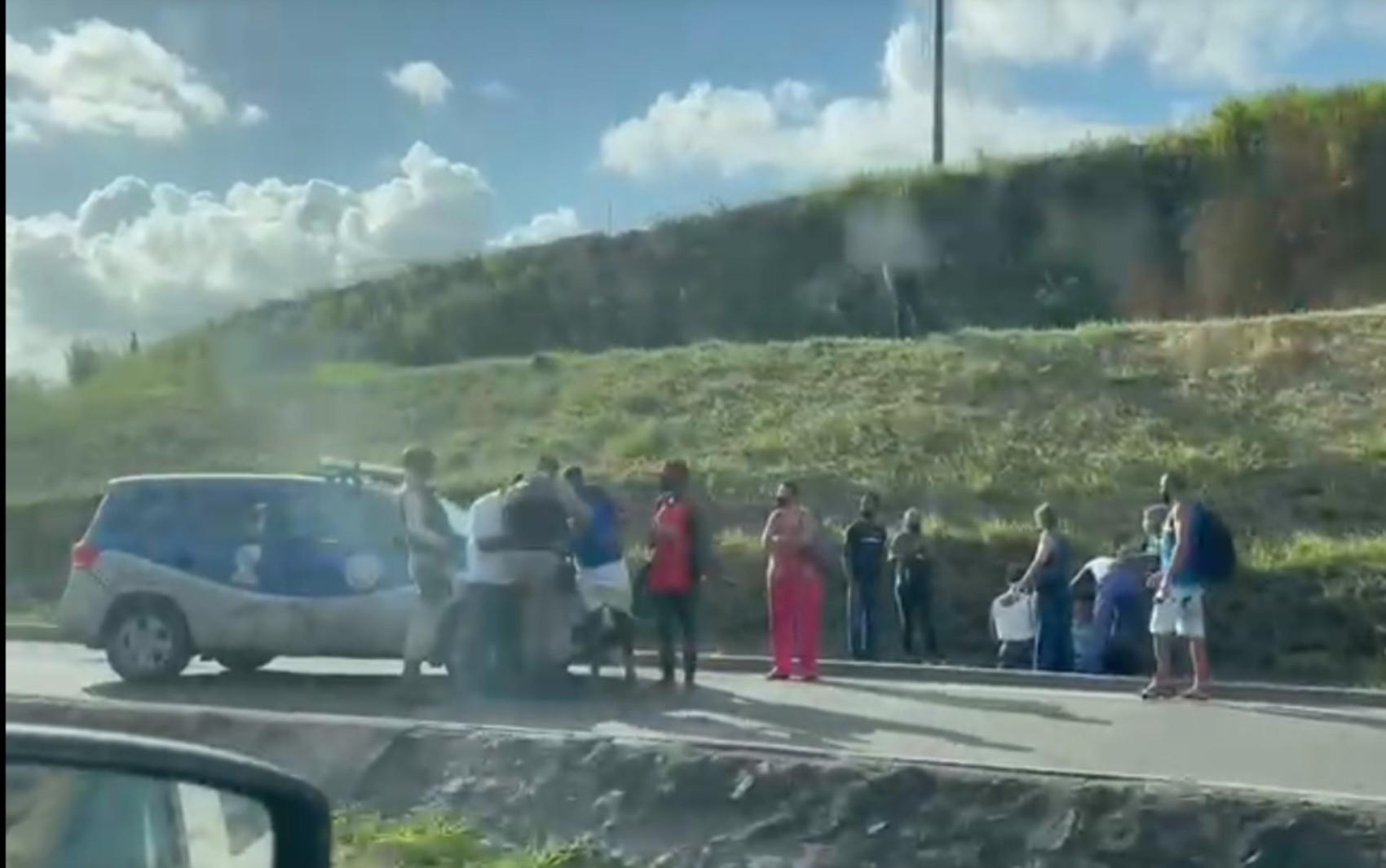 VÍDEO: Suspeitos são baleados durante tentativa de assalto a ônibus na BR-324, em Salvador
