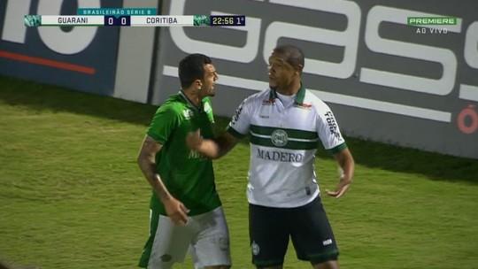 Rodrigão ignora fair play e faz gol no Guarani x Coritiba, mas árbitro anula o lance; assista