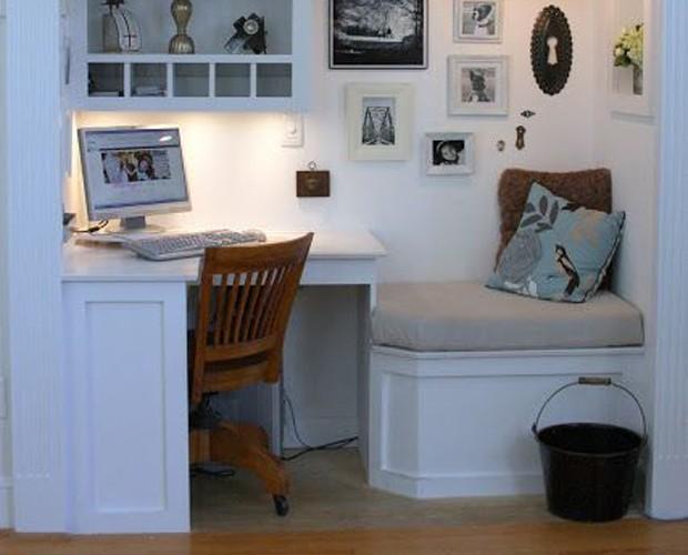 Uma mesa em um móvel embutido (Foto: Reprodução/Pinterest)