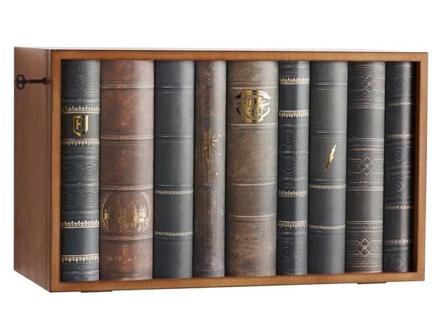 A estante de livros é, na verdade, uma caixa para esconder os pertences mais valiosos (Foto: Pottery Barn/ Reprodução)