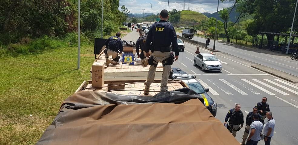 Contrabando de cigarro avaliado em R$ 2 milhões é descoberto pela polícia no ES — Foto: Divulgação/ PRF-ES