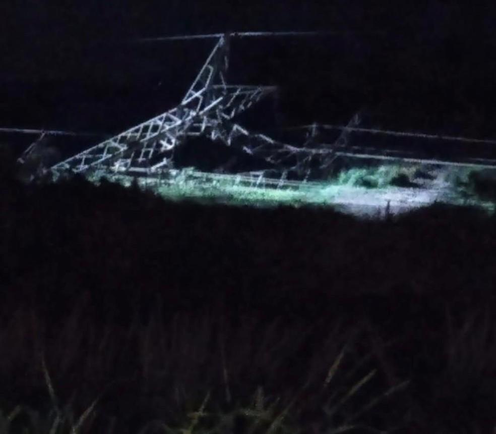 Parte da base da torre foi explodida e o equipamento caiu — Foto: Arquivo pessoal