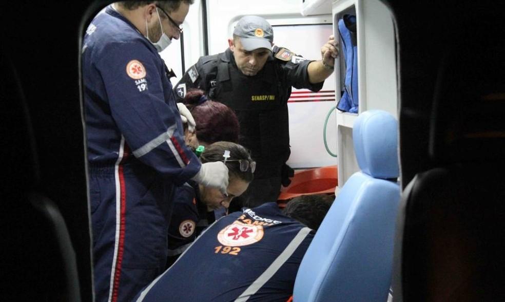 Socorristas do Samu fizeram o parto dentro da ambulância, e retiraram o bebê ainda com vida, mas ele acabou morrendo duas horas depois (Foto: Marcelino Neto/O Câmera )