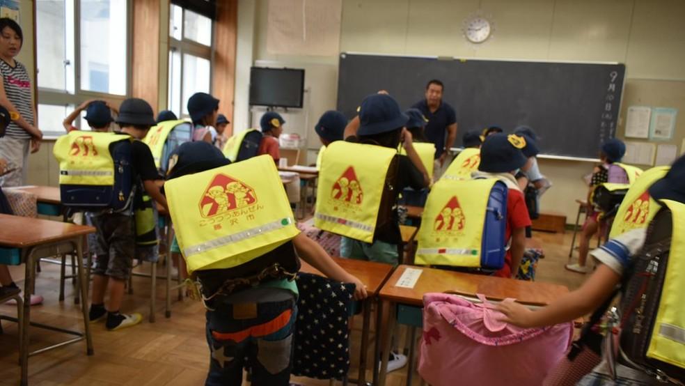 No Ensino Fundamental japonês, há diversas atividades cuja participação dos pais é quase obrigatória, como o patrulhamento feito em rodízio no trajeto escolar — Foto: Fatima Kamata/BBC News Brasil