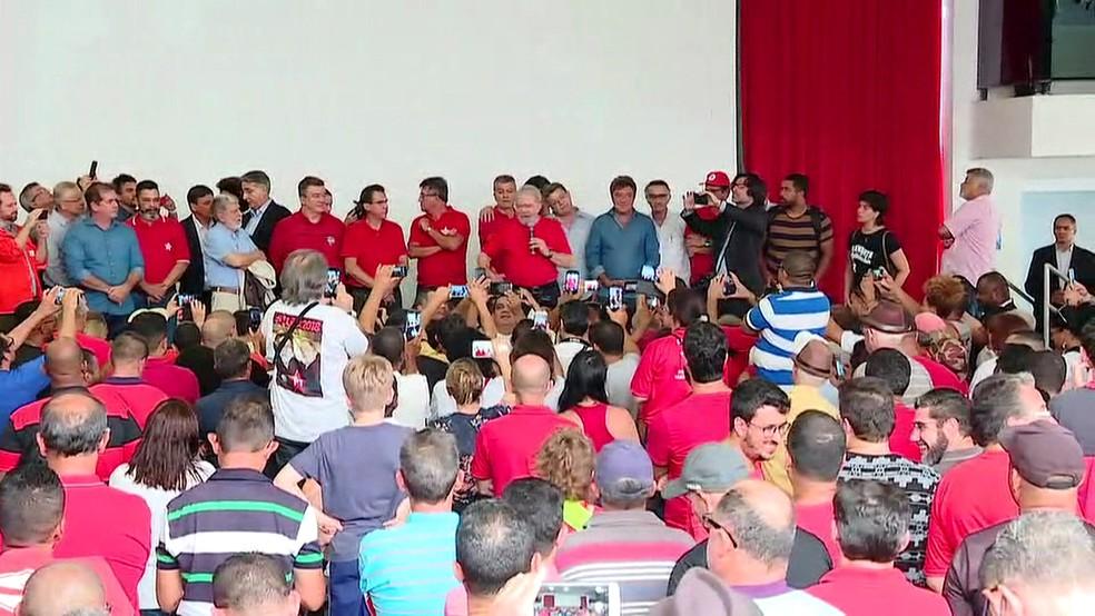 Lula discursa no Sindicato dos Metalúrgicos do ABC (Foto: GloboNews/Reprodução)