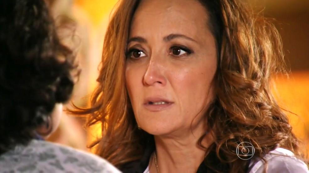 Guiomar (Cláudia Netto) fica passada ao ficar frente a frente com Maria Adília (Inez Vianna) - 'Flor do Caribe' — Foto: Globo