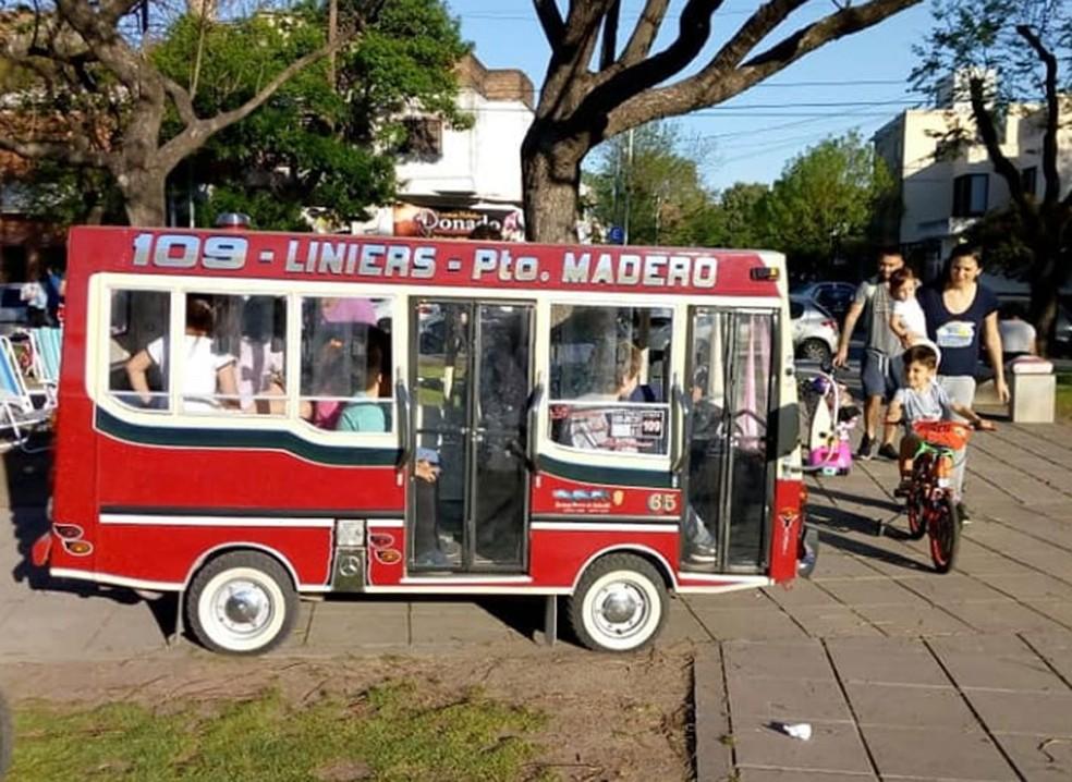 Ônibus em miniatura tem capacidade para 7 pessoas — Foto: Reprodução / Facebook / Leonor Alvarez