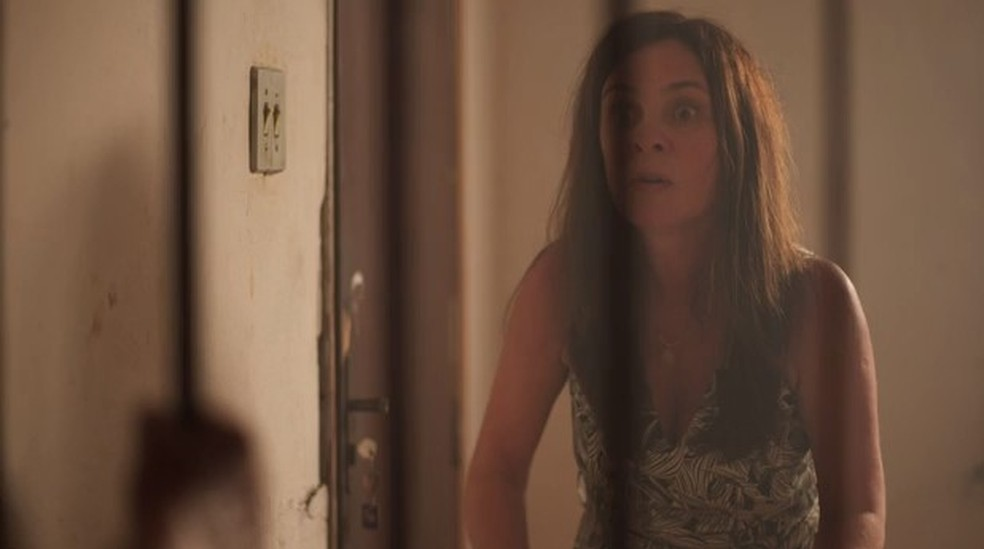Thelma fica desesperada com a atitude de Lurdes — Foto: Globo