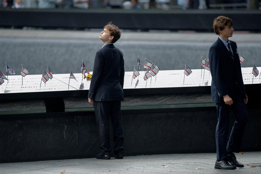 Meninos participam de cerimônia no Memorial Nacional do 11 de Setembro, em Manhattan, Nova York — Foto: Brendan Mcdermid/Reuters