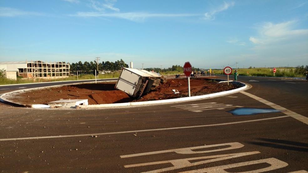 Caminhão ficou tombado no meio da rotatória da BR-262, em Campo Grande (MS) (Foto: Evelyn Souza/TV Morena)