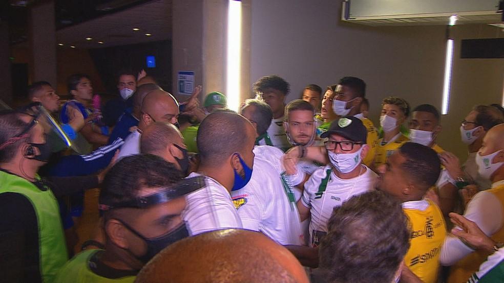 Confusão entre Cruzeiro e América-MG após o clássico — Foto: Globo