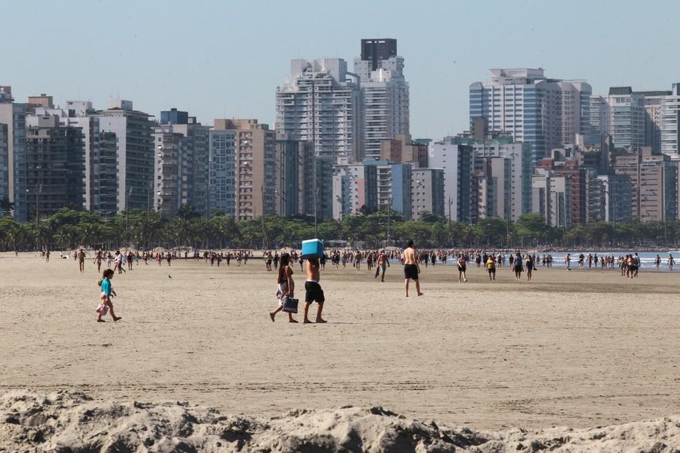 Banhistas aproveitaram último dia quente antes de chegada de frente fria — Foto: Alex Ferraz/Jornal A Tribuna