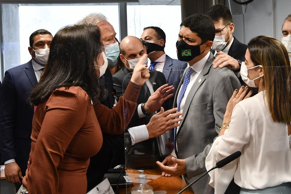 Discussão entre o depoente Wagner Rosário, ministro da Controladoria-Geral da União, e senadores na CPI da Covid — Foto: Leopoldo Silva/Agência Senado