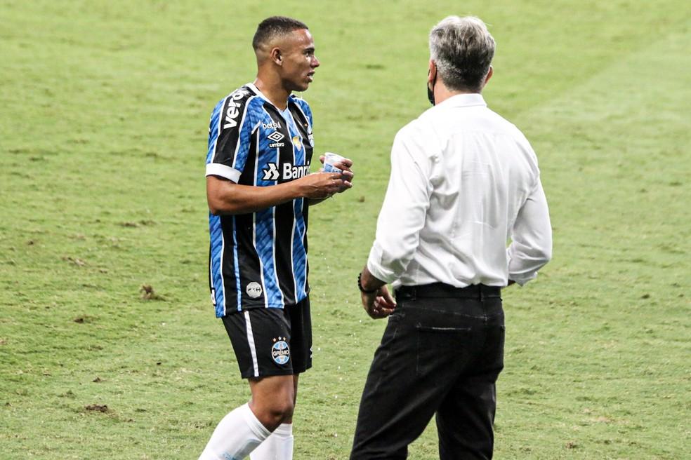 Vanderson, do Grêmio, recebe orientação do técnico Renato Portaluppi — Foto: Lucas Bubols/ge