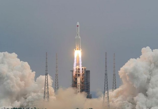 BBC - Lançamento do foguete 5B Longa Marcha, ligado a uma nova estação espacial chinesa; esse tipo de equipamento seria usado no plano hipotético de desviar um corpo celeste (Foto: CHINA DAILY VIA REUTERS)