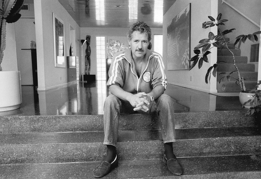 """O apresentador Alex Trebek posa para uma foto em sua casa, em Los Angeles, em 3 de agosto de 1988. Trebek, que apresentou o programa de perguntas e respostas """"Jeopardy!"""" por mais de 30 anos morreu neste domingo (8) aos 80 anos    — Foto: Alan Greth/AP/Arquivo"""