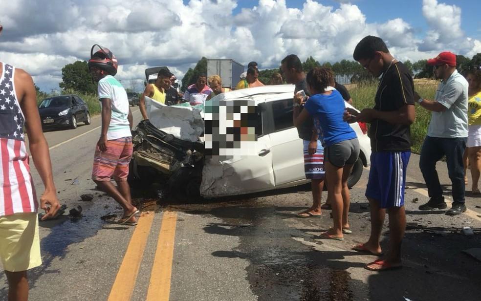 Frente do veículo ficou destruída (Foto:  Bahia Dia a Dia)