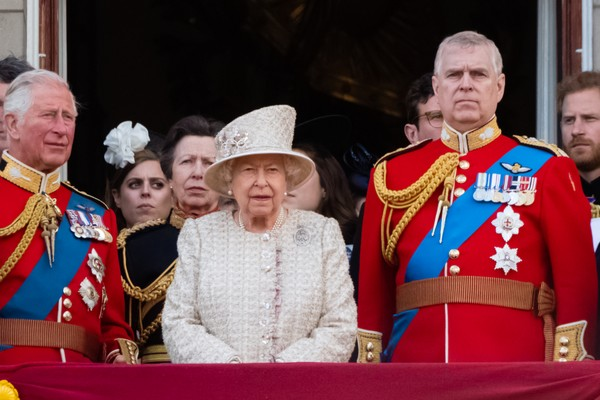 O Príncipe Charles, a Rainha Elizabeth II e o Príncipe Andrew (Foto: WireImage)