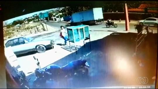 Adolescente é apreendido após atropelar mulher em Jataí; vídeo