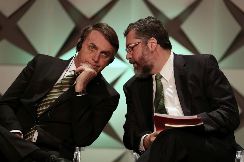 Bolsonaro e o ex-ministro Ernesto Araújo — Foto: Amanda Perobelli/Reuters