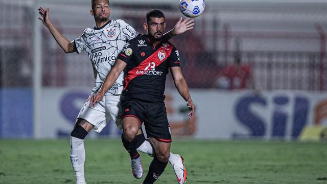 Zé Roberto e João Victor em Atlético-GO x Corinthians