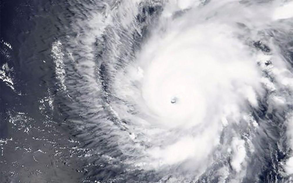 Imagem divulgada pela NASA mostra o furacão Lane se aproximando do Havaí na quinta-feira (23) (Foto: HO/NASA/AFP)