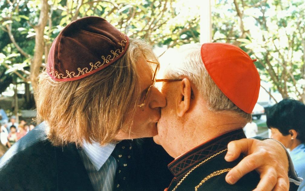 . O rabino Henry Sobel beija o rosto de Dom Paulo Evaristo Arns, durante ato religioso que lembrou o Dia Mundial de Luta contra a Aids, realizado no Instituto de Infectologia Emílio Ribas, em novembro de 1996 — Foto: Heitor Hui/Estadão Conteúdo