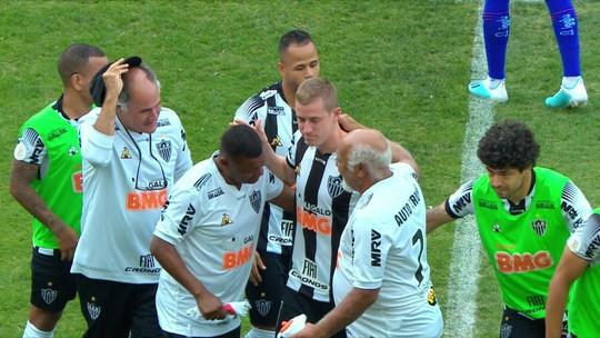 """Em simbólico 100º jogo, Adilson é homenageado pelo Atlético-MG: """"Não poderia pedir mais nada"""""""