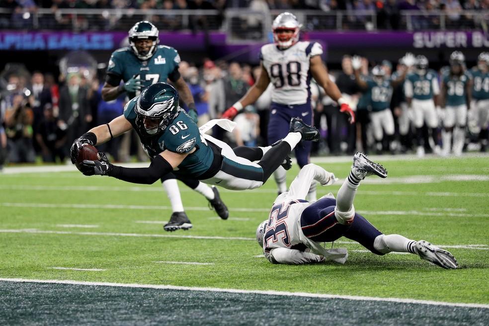 Zach Ertz voa para fazer o touchdown que deu o título aos Eagles (Foto: Patrick Smith/Getty Images)