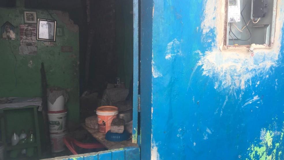 Defesa Civil é acionada para realizar vistoria na residência no Jacintinho, em Maceió, Alagoas — Foto: Douglas Lopes/TV Gazeta