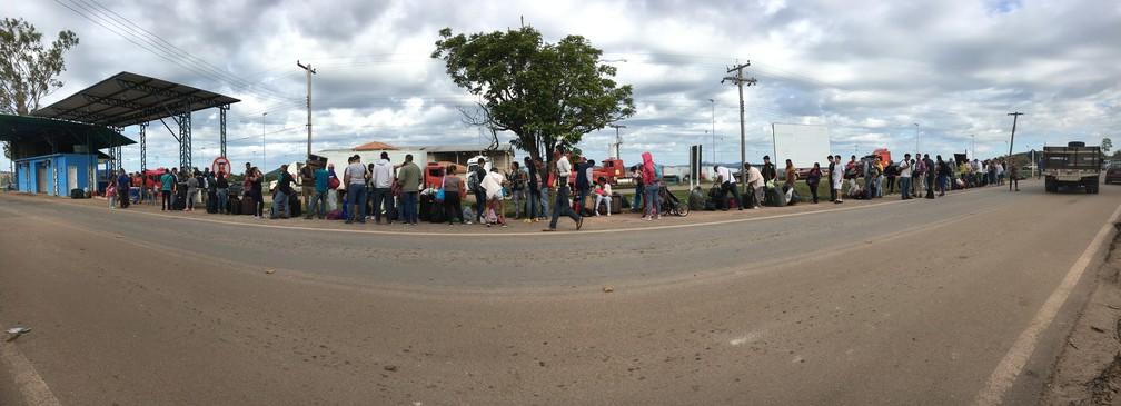 Na manhã desta segunda (7) cerca de 200 senhas de atendimento foram distribuídas a venezuelanos que querem deixar o país nas primeiras horas da manhã (Foto: Emily Costa/G1 RR)