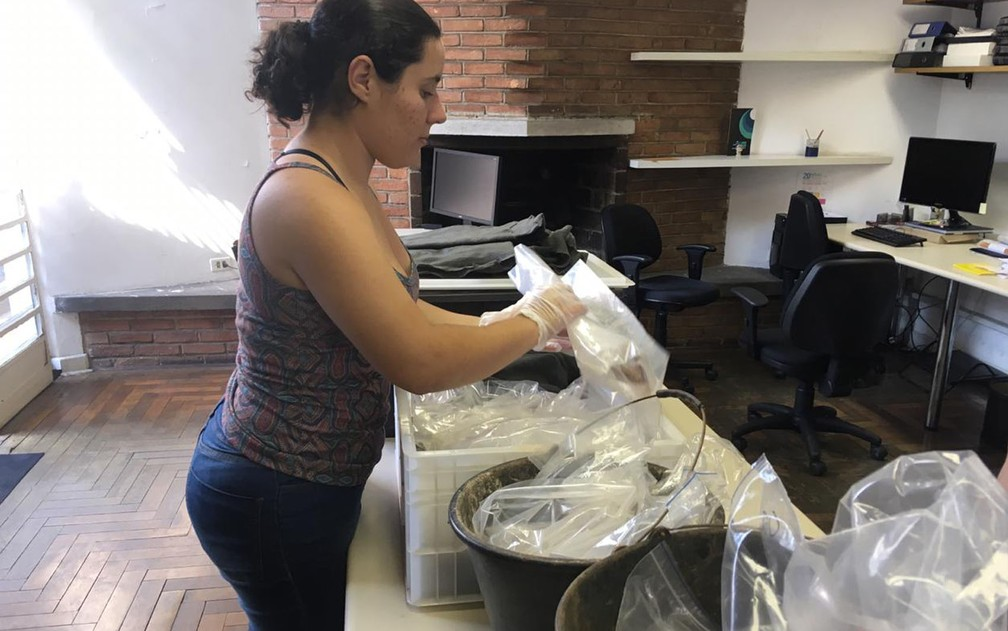 Arqueóloga Nathalia Rodrigues inicia análise de materiais identificados entre outubro e dezembro de 2018 em terreno particular — Foto: A Lasca Arqueologia/Divulgação