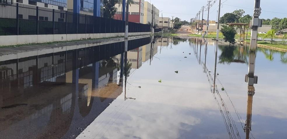 Um trecho da avenida Rogério Weber já está inundado pelo Rio Madeira — Foto: Cássia Firmino/G1