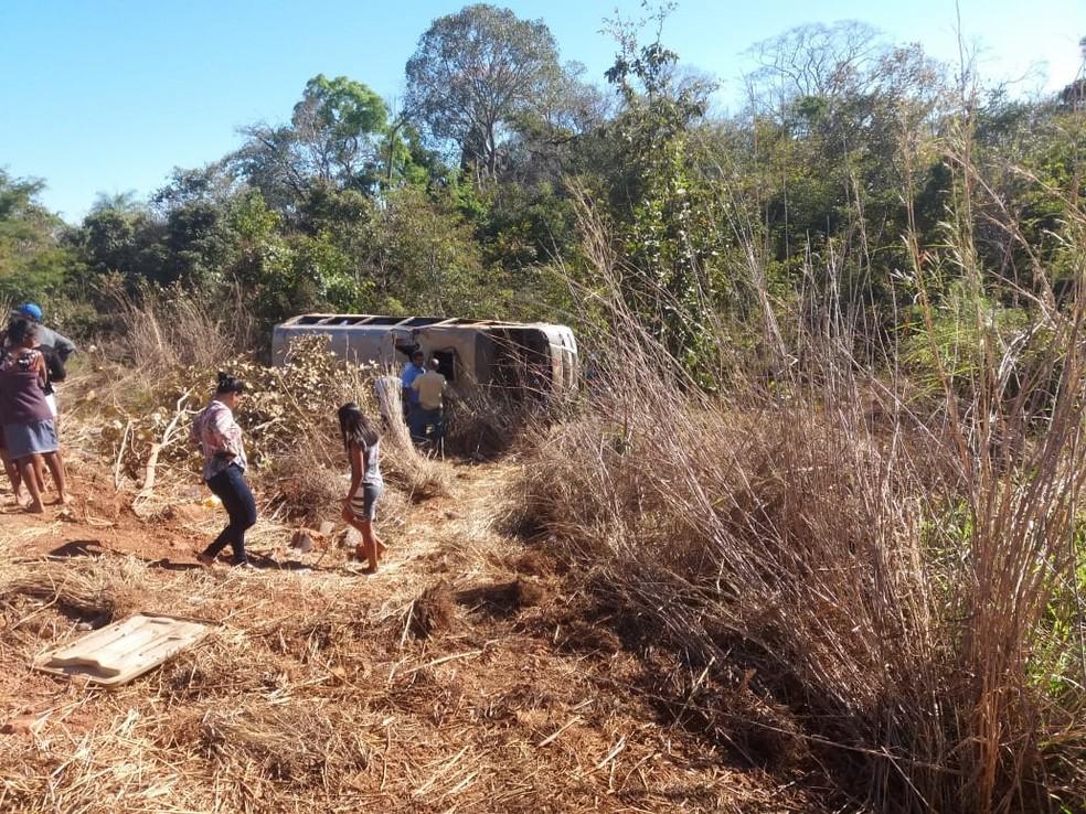 Van saiu da pista e tombou — Foto: Divulgação