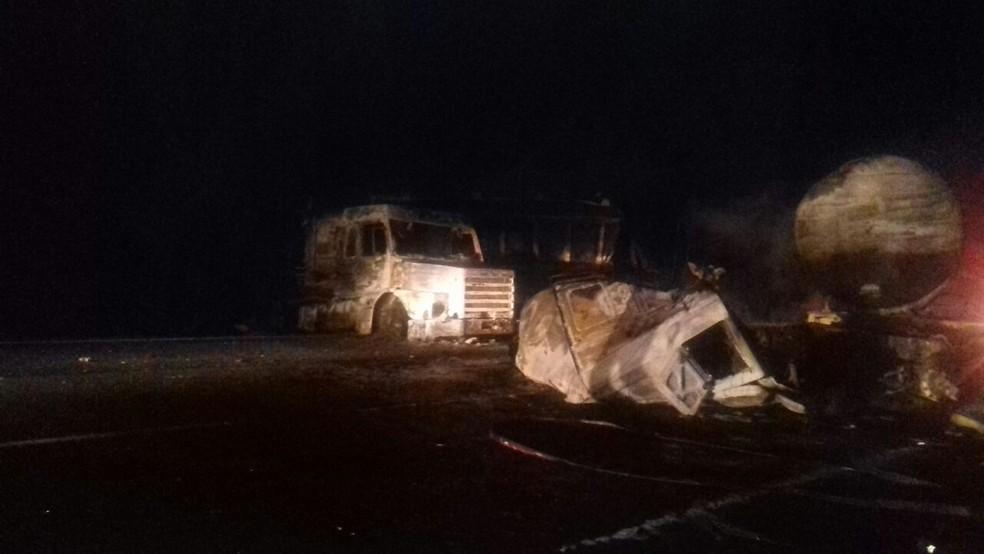 Batida entre os dois caminhões foi na BR-376 (Foto: PRF/Divulgação)