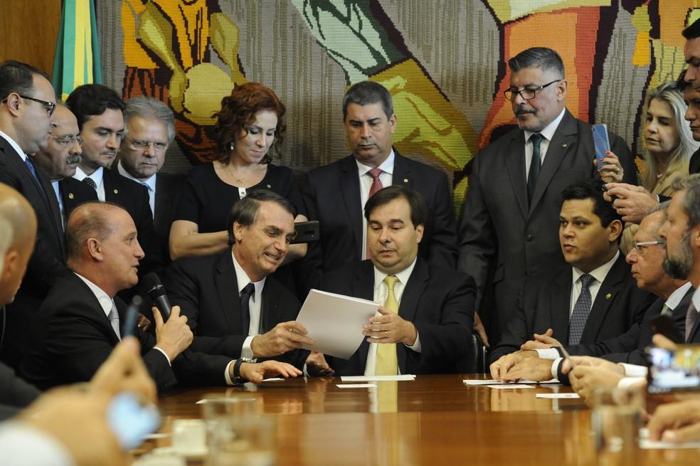Bolsonaro entrega proposta de reforma da Previdência a Rodrigo Maia (DEM-RJ) na Câmara dos Deputados — Foto: Luis Macedo/Câmara dos Deputados