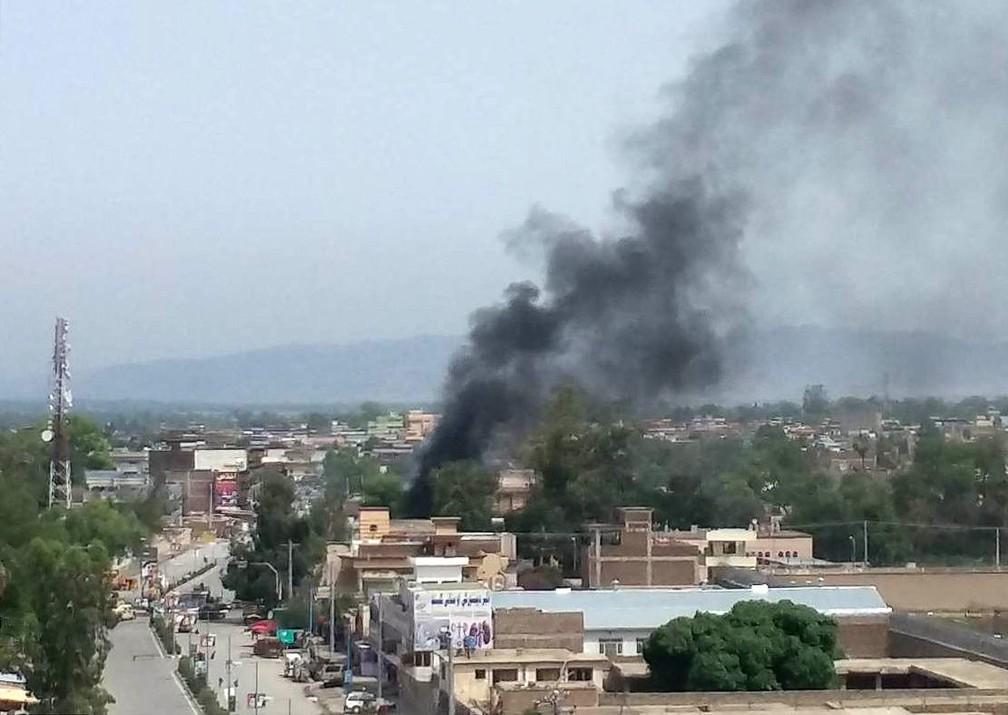 Fumaça é vista saindo de edifício do governo alvo de ataque em Jalalabad, no Afeganistão (Foto: Parwiz/Reuters)