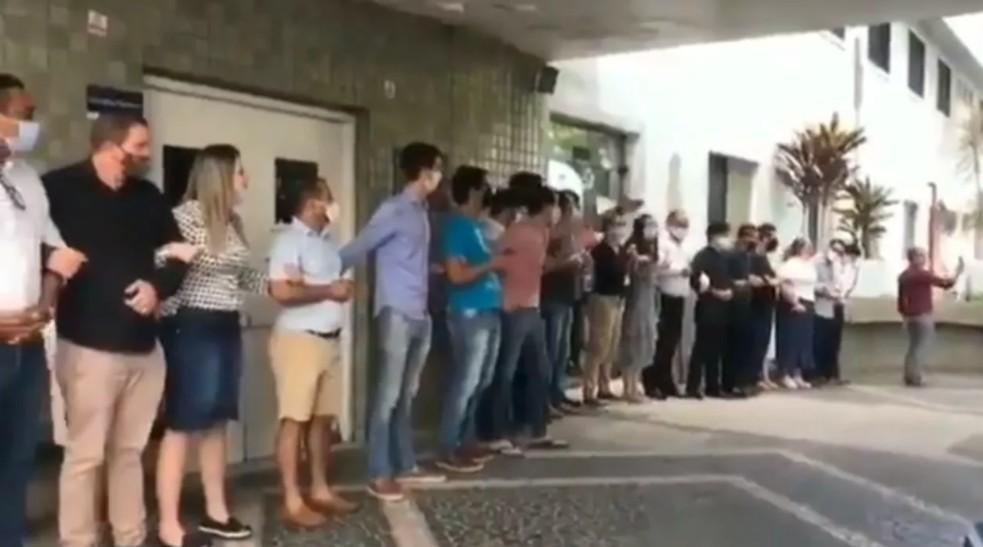 Grupo de religiosos diante de hospital onde criança de 10 anos estuprada foi atendida (Foto: Reprodução / Twitter)