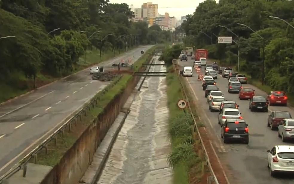 Problemas em relação a estrutura da Marginal Botafogo ficam mais evidentes a cada grande chuva (Foto: TV Anhanguera/Reprodução)