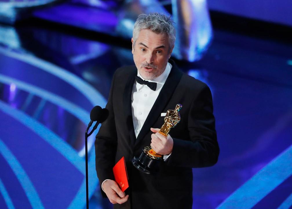 Alfonso Cuarón discursando com o Oscar de Melhor Filme Estrangeiro por 'Roma' — Foto: Mike Blake/Reuters