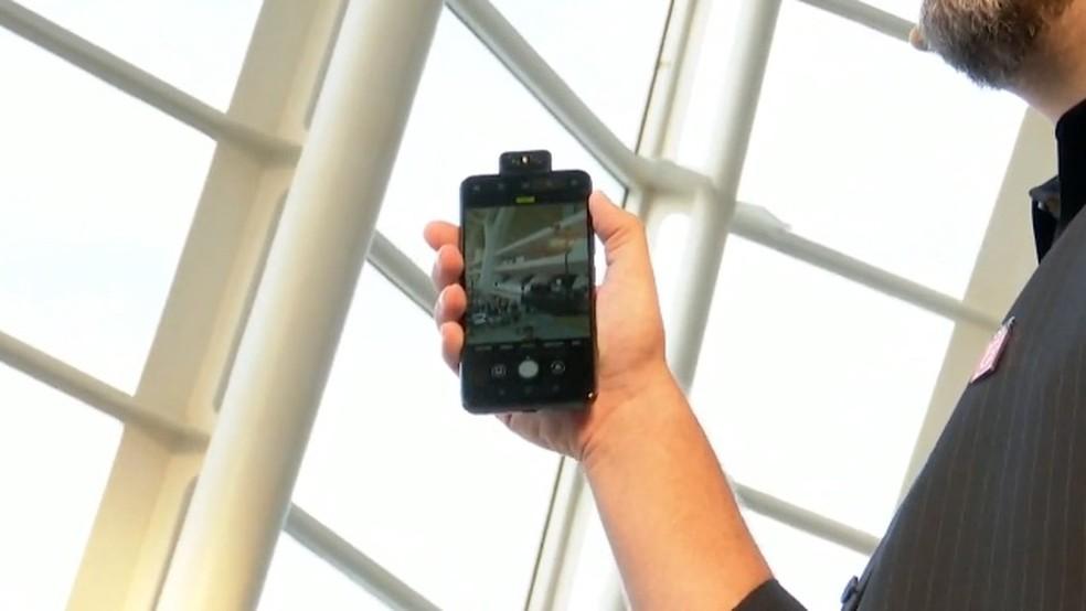 Câmera flip do Zenfone 6 se movimenta para tirar selfies — Foto: Reprodução/Asus