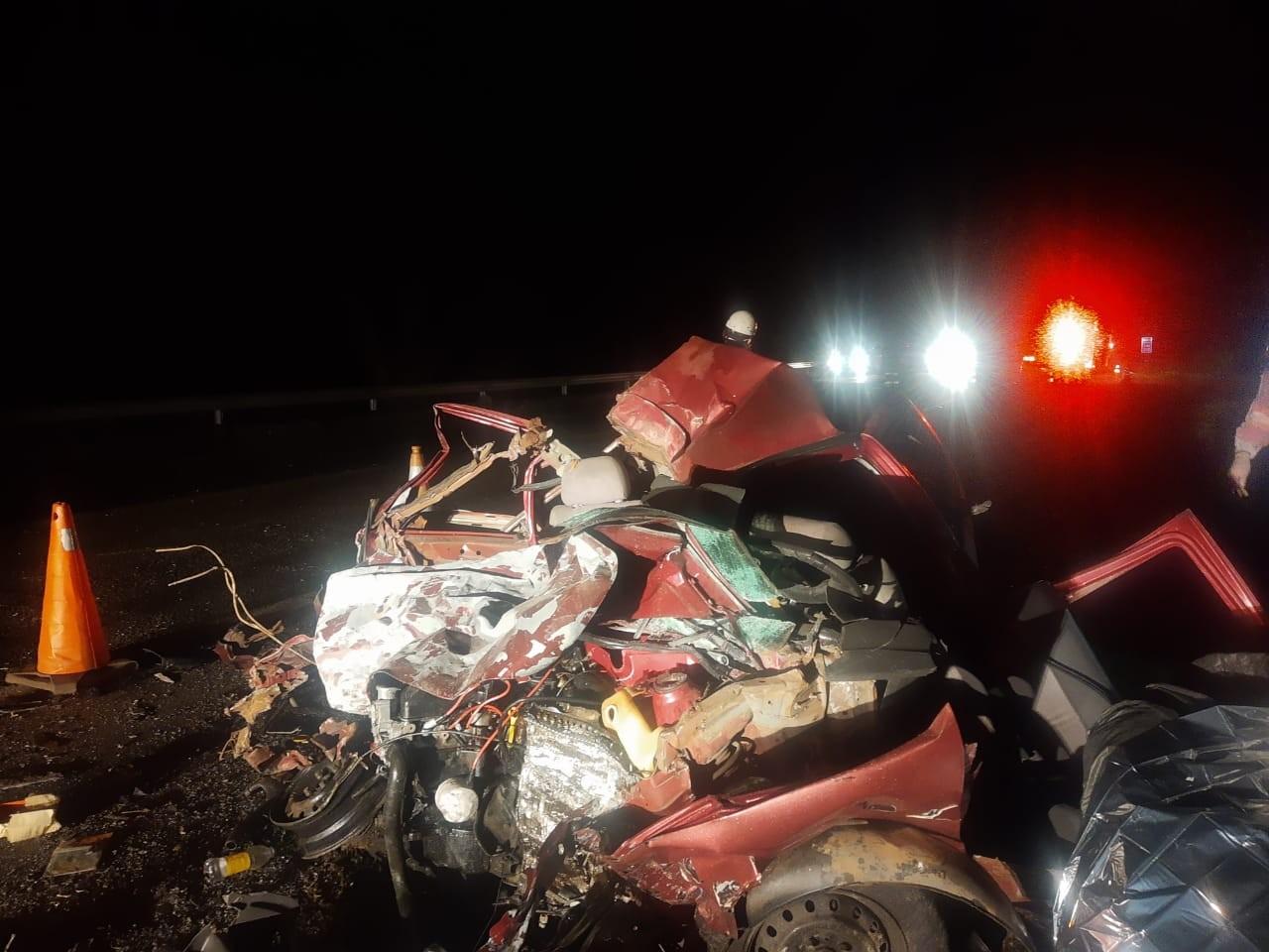 Motorista morre e carro fica destruído após colisão com caminhão na BR-153 em Guaimbê