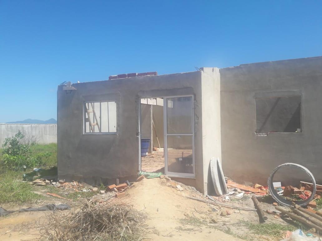 Polícia Ambiental flagra construção irregular em área de preservação em Araruama, no RJ